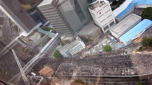 香港警察庁舎からのデモ写真